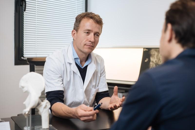 Le Docteur Charles Catier, chirurgien spécialiste de la prothèse de genou à Rennes.